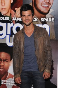 Taylor+Lautner+Grown+Ups+2+New+York+Premiere+5-sPa9SbW_wl