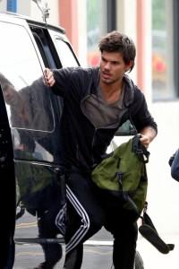 Taylor+Lautner+wears+ski+mask+during+robbery+L7gV75SP--rl