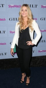 Sasha+Pieterse+Arrivals+People+StyleWatch+mr_2pOcVKCtl